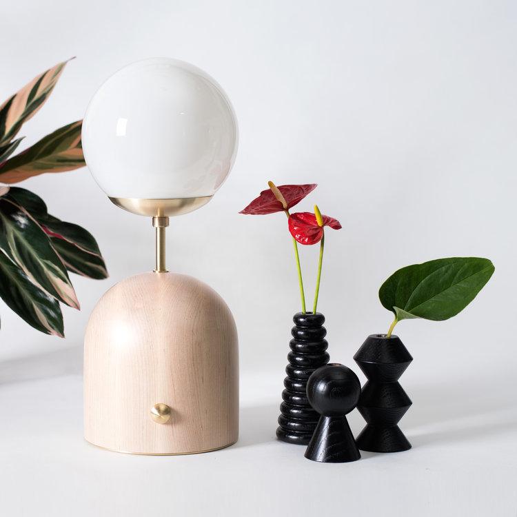 Domos lamp lg bk bud vases sq
