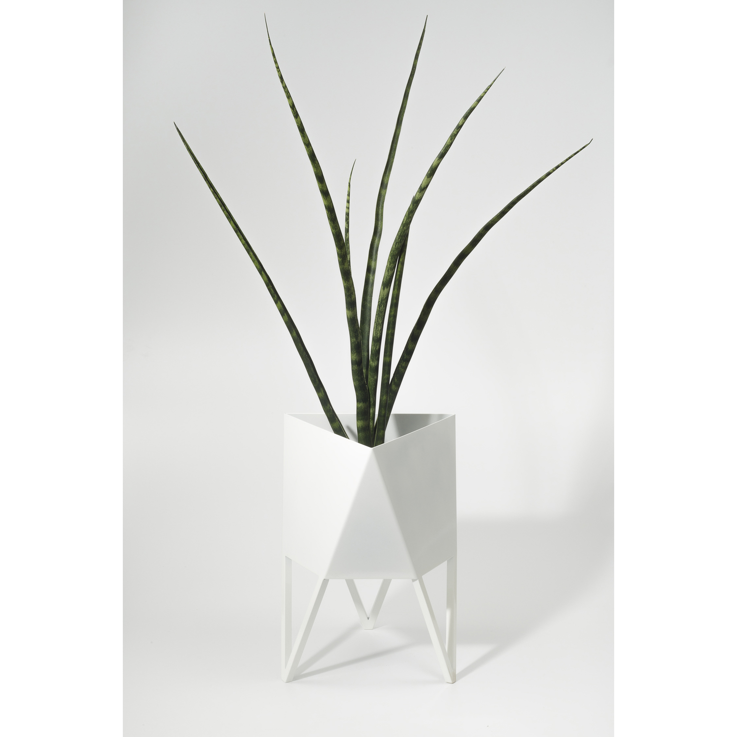 Deca planter medium glossywhite plant